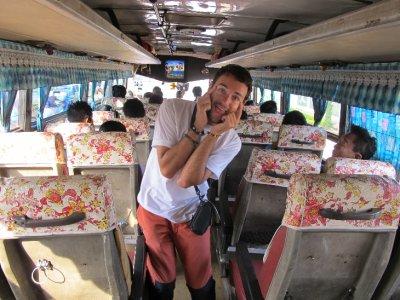 Que bonita decoración del bus ....