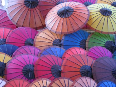 Paraguas en el mercado nocturno de Luang Prabang
