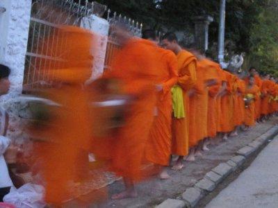 Al matí...quan els monjos van a demanar les almoines