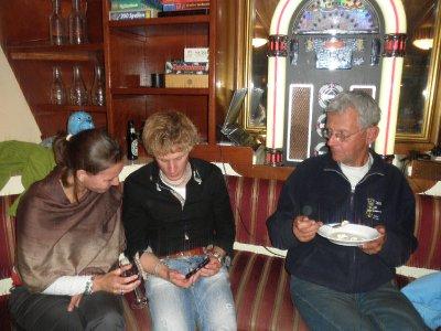 Melanie wordt vermaakt door onze schippersmaat Joost onder toeziend oog van schipper Jan