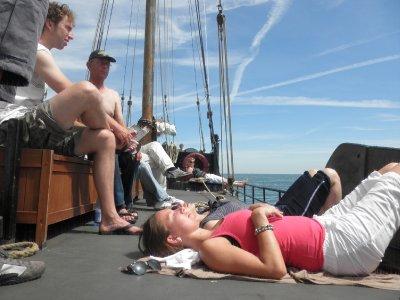 schipper Jan onderhoudt Joost over de wonderen van de waddenzee