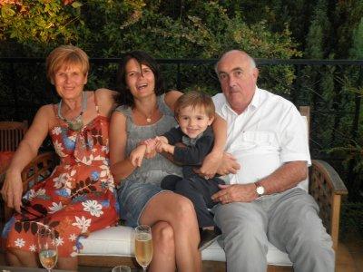 Béné avec ses parents et son fils Axel pendant sa dernière soirée avant le mariage