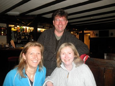Ardfern: enjoying the pub with Robert and Judith which is a few steps away from their home... :-)