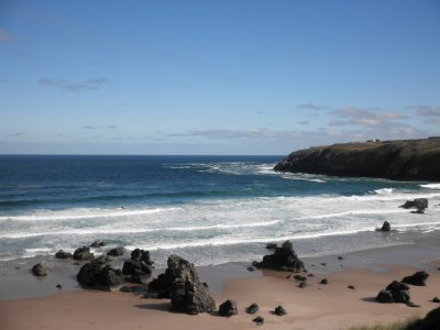 The beautiful northern coast and look: it exists: a blue sky in Scotland!!!