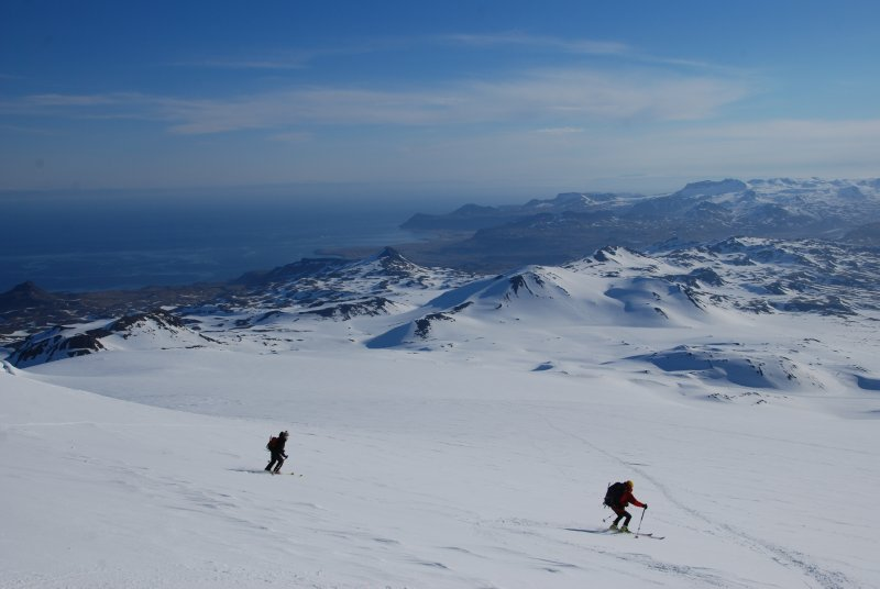 Skiing down from the Vulcanic Snaefellsjökull (1446m) towards the sea...