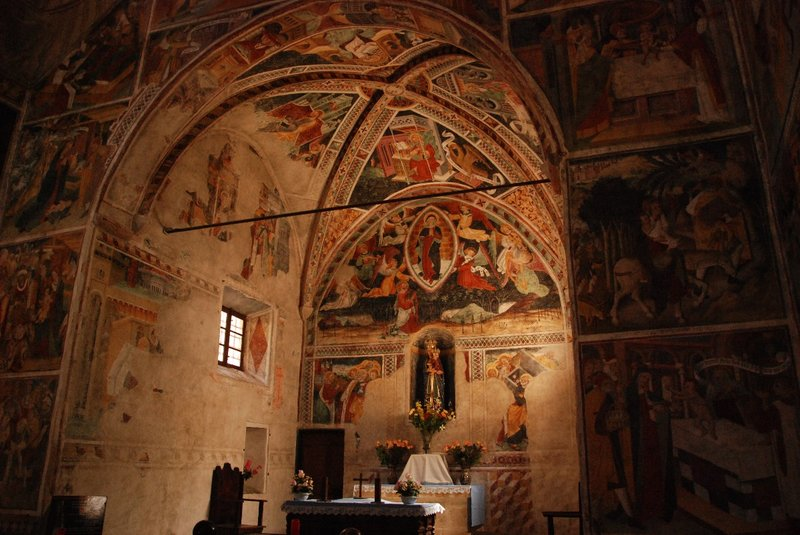 The small chapel is full of quite impressive frescos in which the most horrifying scenes are presented. The hell is certainly not very attractive...