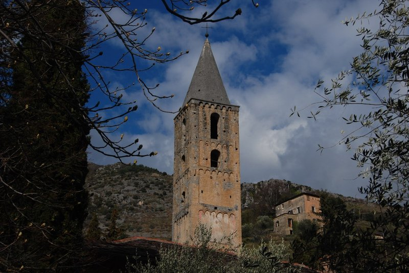 We wanted to visit an old monastry at Saorge. We saw this beautiful olde tower and thought to be there. It appeared to be private property which was allowing tourists 2 afternoons per year... The actual monastry appeared to have been 'pimped' in heavy baroque style and looked rather kitch