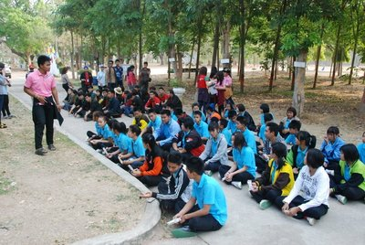 The extended briefing and game playing on the morning the Sarakham students arrived