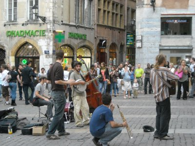 A band playing in the old part of Lyon