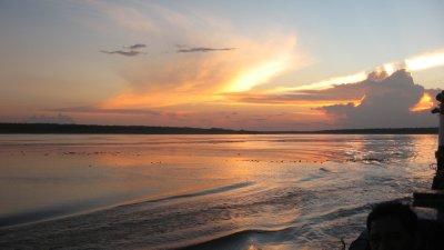 Sonne und Wolken ueber Fluss