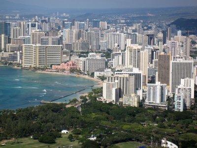 Honolulu vanaf Krater Diamond Head, mijn hotel staat vooraan aan het parkje