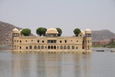 Palacio en el lago