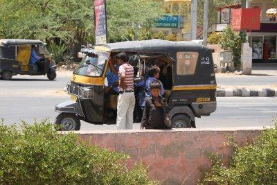 Morin en la rikshaw y mendigos por fuera