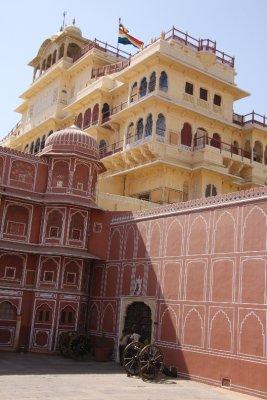 El Maharaja (rey) esta en la casa, ya que hay dos banderas