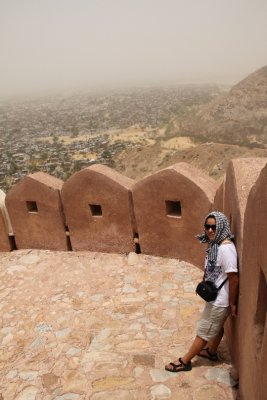 En el muro de Nahargarh Fort (El Fuerte del Tigre)