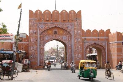 Una de las puertas de la ciudad rosada