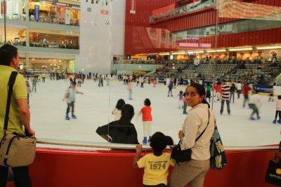 Pista de patines de hielo dentro de un centro comercial