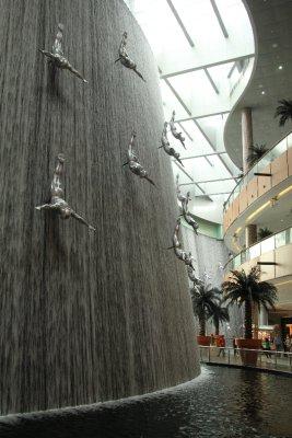 Catarata artificial y dentro de un centro comercial