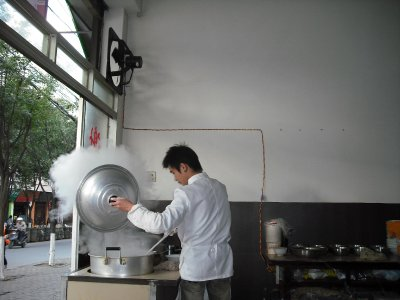 Cooking fresh noodles in Xiaguan