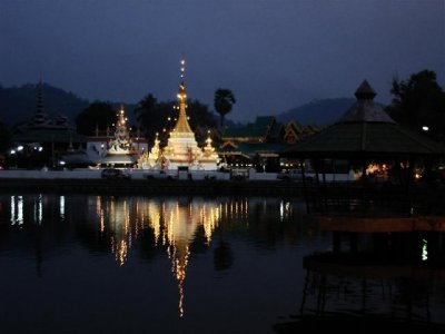 Jong Kam Temple at night