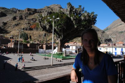 Pisac Plaza.... and some good looking lady