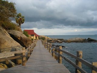 walk way to the Light House Bungalows & restaurant