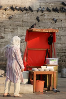 Woman buyıng food for the pıgeons