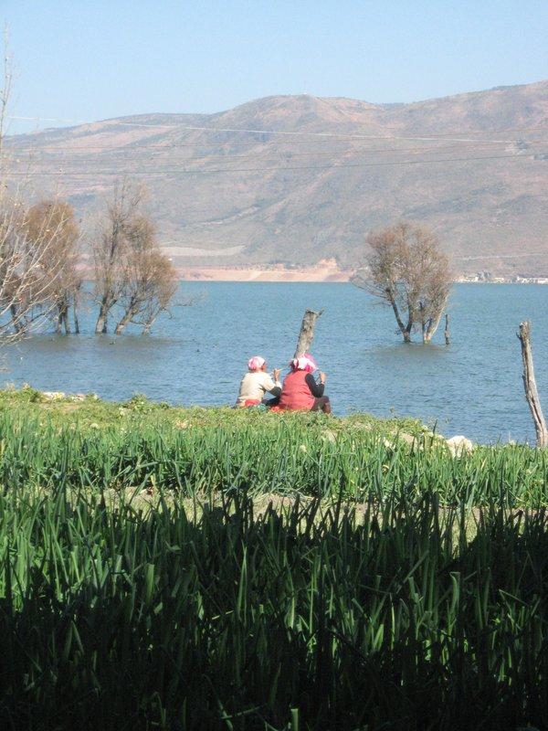 Bai women eating by the lake