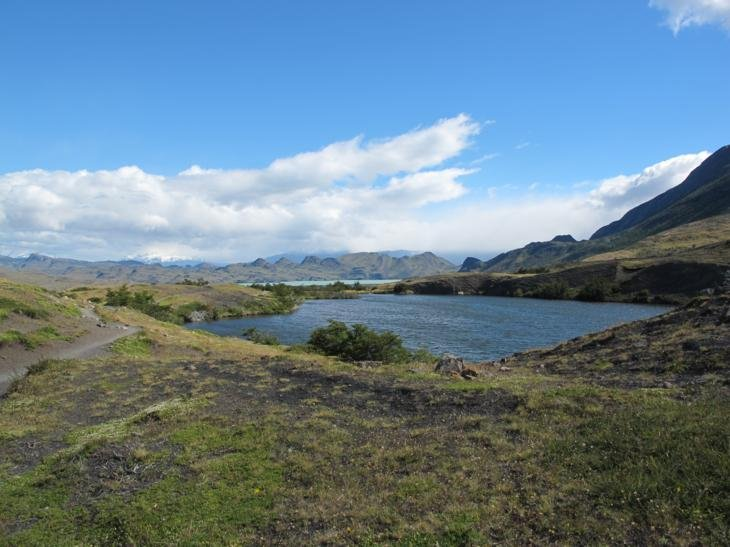 Lake views on the walk to Los Cuernos