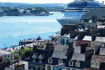 052_ierland_cobh_cruiseship_houses