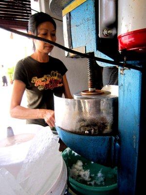 Ice grating machine