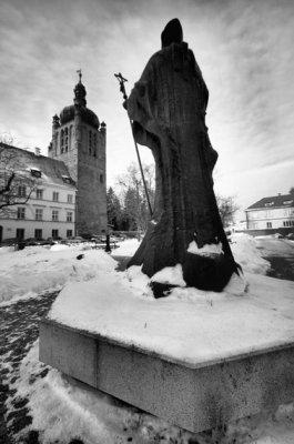 Pomnik Jana Pawła II a w tle muzeum diecezjalne
