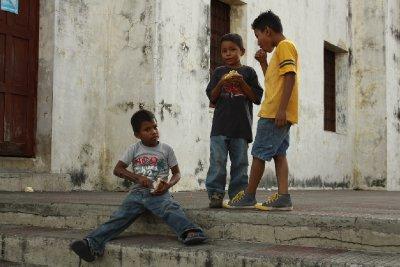 Niños jugando en las calles de León