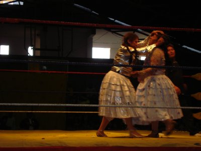 Catfight a la Bolivia style, Cholitas kicking eachothers ass