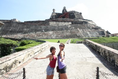 Laura and Sarah in front of the mighty fort...after playing tourguide I knew that this thing was like 60 meters high and consisted of 6 different walls, pretty good defence eay