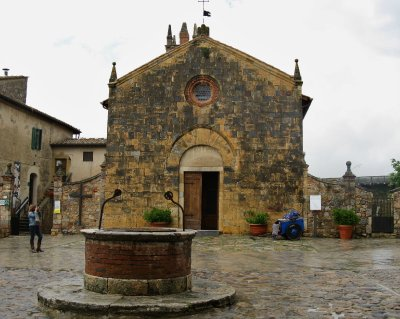 Monteriggioni church and town well