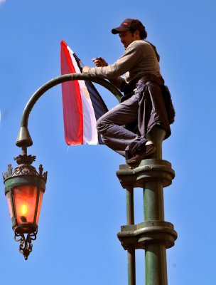 Man on lamp post  Tahrir