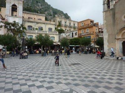 Taormina_Town_Square.jpg