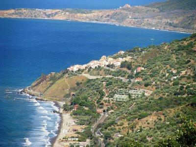 Sant Ambroggio avec la plage et l'escalier du village vers la plage