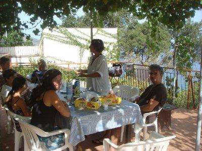 Repas de midi sur la terrasse