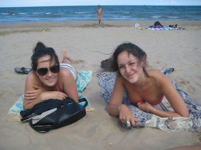 Camille og Audrey på stranden i Gandía siste dag