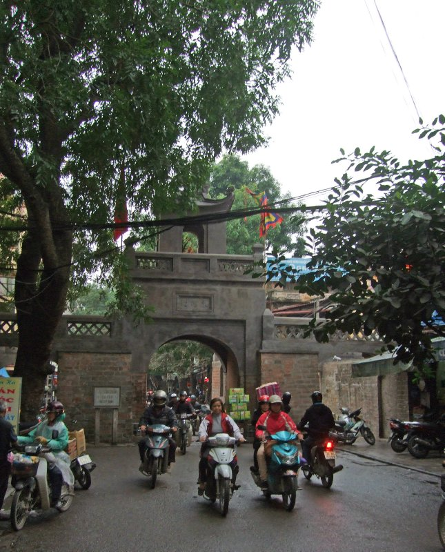 Quan Chuong into the Old Quarter