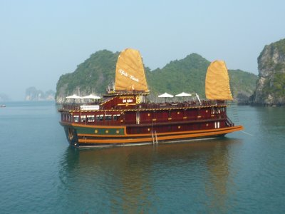 Boat_in_halong_bay.jpg