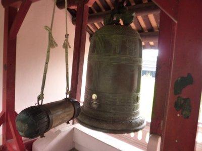 huy_pagodas_bell.jpg