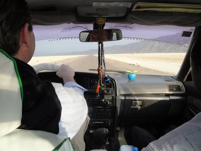 Harald raided the taxi from it's incompetent driver and speeds through Djibouti's saltlakes 250kms towards the Ethiopian border