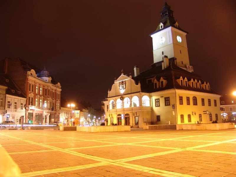 Piaţa Sfatului at night