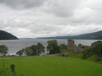 Loch_Ness_and_Castle.jpg