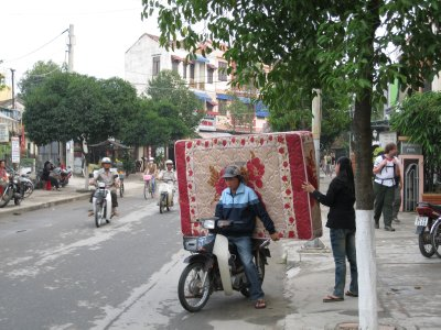 Carrying a mattress on a motorbike