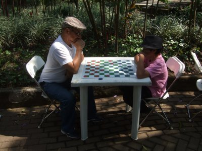 Playing chess in Parque Espana