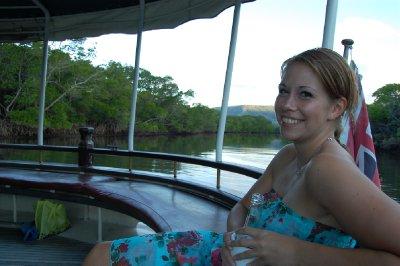 Her nytes en kald øl i en båt på en elv i solnedgang og varmt vær; trist :-p